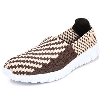 Nouveaux hommes de tricot main occasionnels s'étendent de chaussures de sport plat